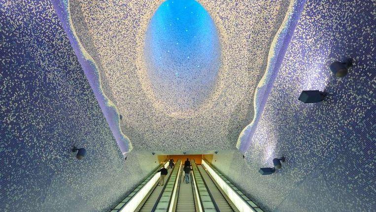 Kunst van Oscar Tusquet Blanca op een metrostation in Napels, Italië. Beeld null