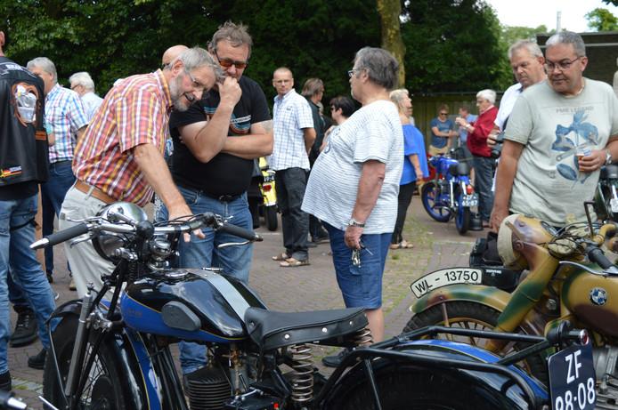Mannen kunnen soms minutenlang naar een klassieke motor staren.