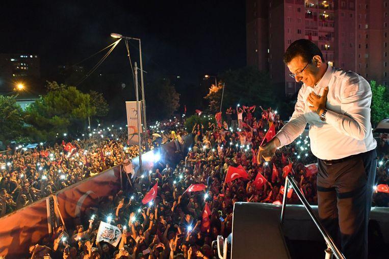 Burgermeesterkandidaat van Istanbul Ekrem Imamoglu (C) van de Republikeinse Volkspartij (CHP) viert de overwinning met aanhangers. Beeld AFP/ Republican's People Part/Onur Gunal