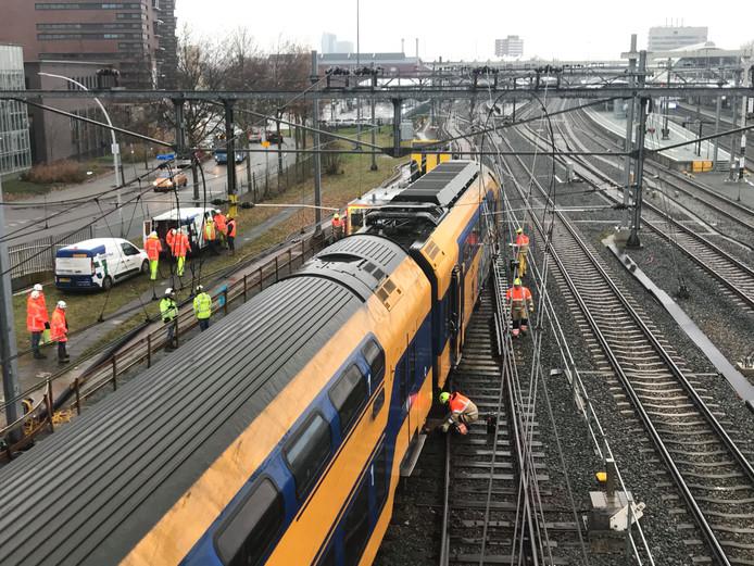 Ontspoorde dubbeldekker trein in Zwolle.