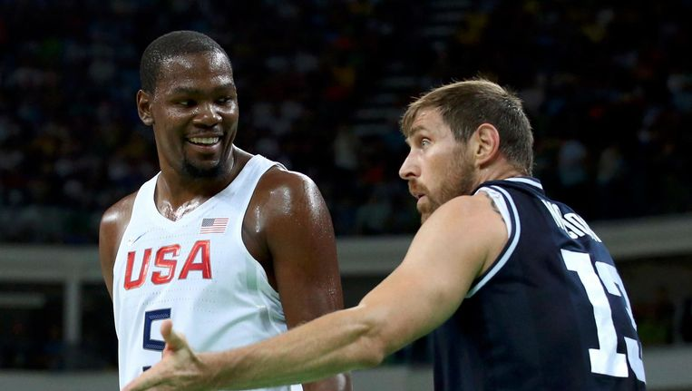 Durant (links) discussieert met de Argentijnse basketballer Nocioni. Beeld reuters