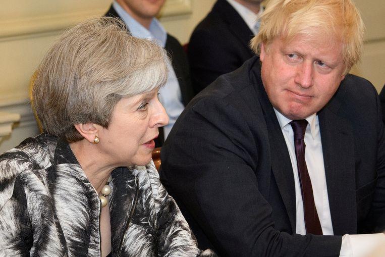 Theresa May naast Boris Johnson.