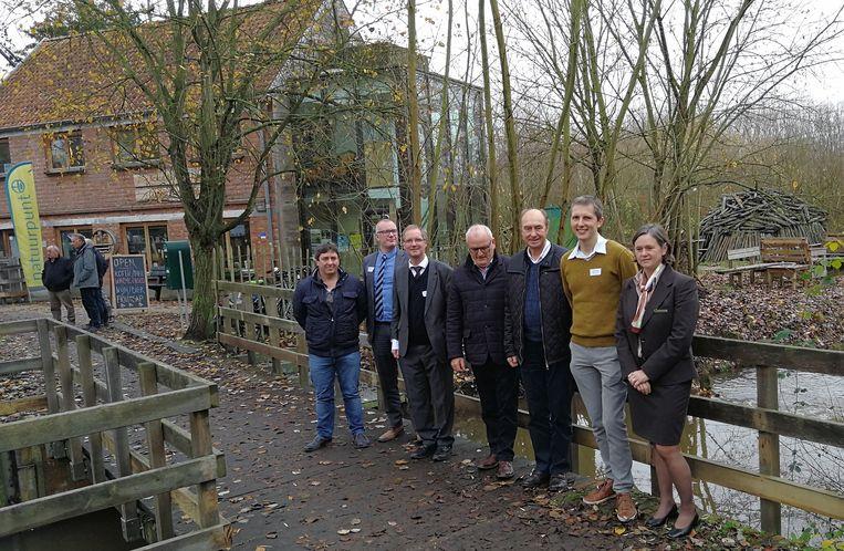 De afgevaardigden van de Vlaamse Milieumaatschappij, het Meerhouts gemeentebestuur, Natuurpunt, Agentschap Natuur en Bos en VVV-Meerhout die de samenwerkingsovereenkomst ondertekenden voor de toekomstplannen van de site van de watermolen op de Grote Nete.