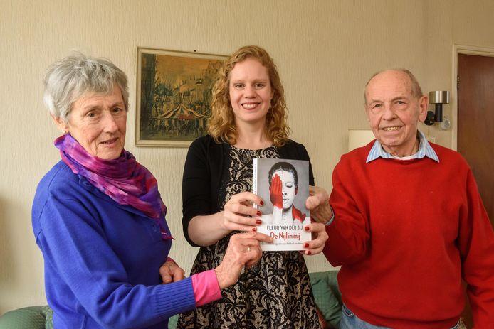 Jan en Harriet Schuver (l) met schrijfster Fleur van der Bij.