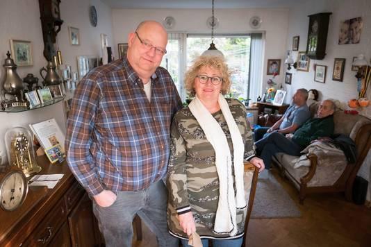 Tineke Bulder (hier met man Pieter) is mantelzorger van haar vader en bewindvoerder voor haar broertje (op de achtergrond, zittend op de bank).