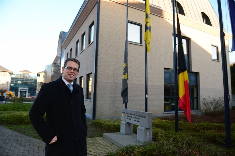 Alexander Binon, aan het gemeentehuis van Oud-Heverlee, staat op de achtste plaats voor het Vlaamse parlement
