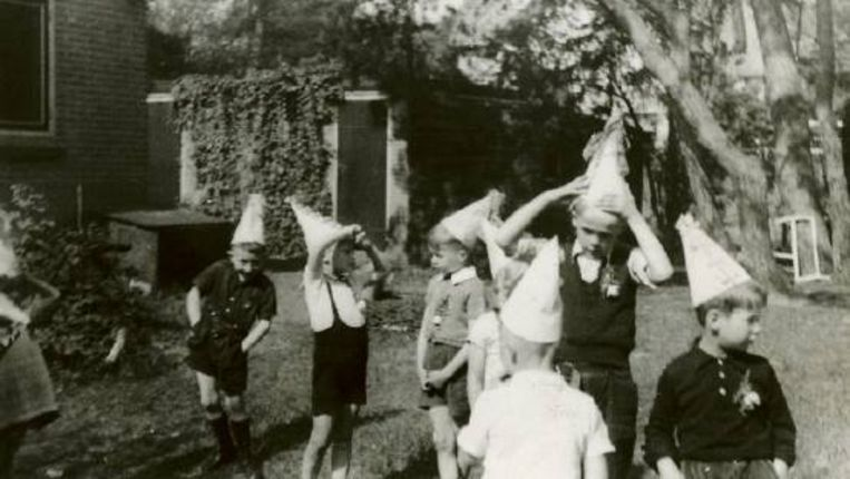 Maurice Meijer (rechts) op het feestje ter gelegenheid van zijn zevende verjaardag, op 5 juni 1944 in de tuin in Bilthoven. (Trouw) Beeld