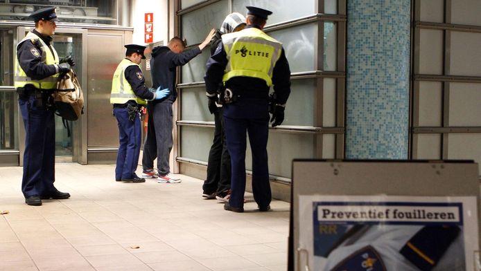 Een preventieve fouilleeractie in Rotterdam.