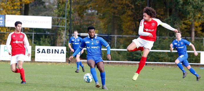 FC Axel (blauw) won zaterdag van Oostkapelle/Domburg