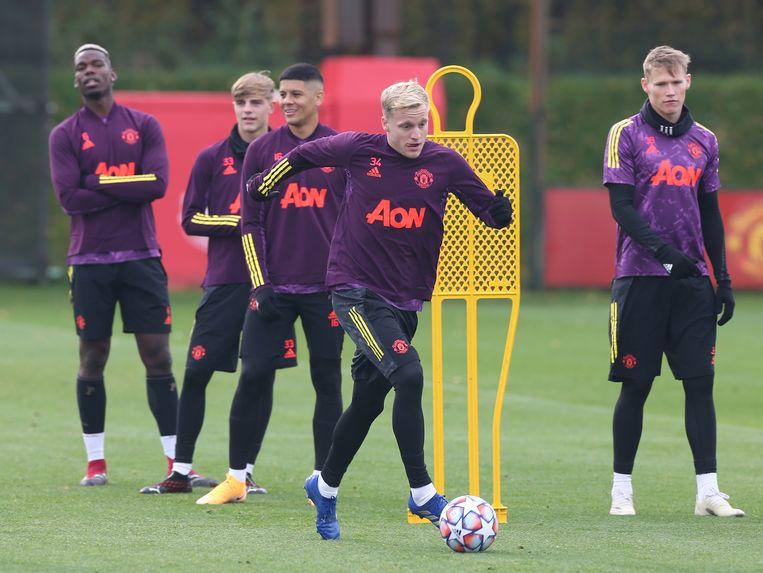 Donny van de Beek aan de bal op de training van Manchester United. Beeld Manchester United via Getty Imag