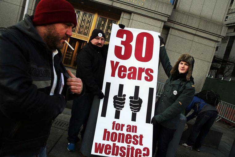Mensen steunen Ross Ulbricht bij een rechtbank in New York, 13 januari 2015. Beeld afp