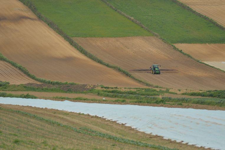 Een boer bewerkt zijn land in de buurt van Nowe Brzesko, Polen. Beeld NurPhoto via Getty Images