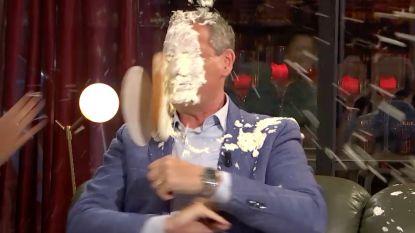 Gert Verhulst krijgt taart in zijn gezicht tijdens 'Gert Late Night'