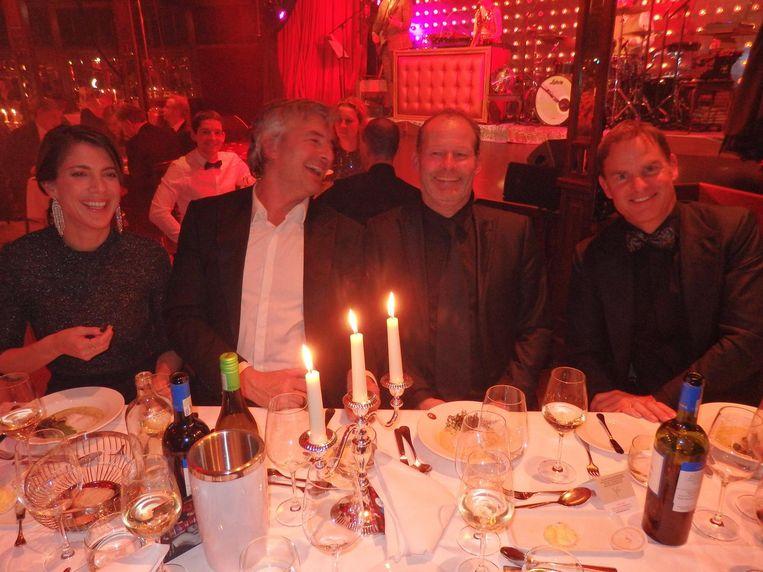 Journalist Aimée Kiene, acteur Victor Reinier en oud-Ajaxspelers en -trainers Danny Blind en Frank de Boer Beeld Schuim