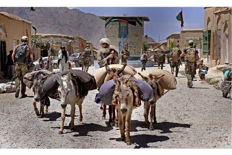 Nederlandse militairen patrouilleren in de Afghaanse provincie Uruzgan, mei 2009.  Beeld Raymond Rutting / de Volkskrant