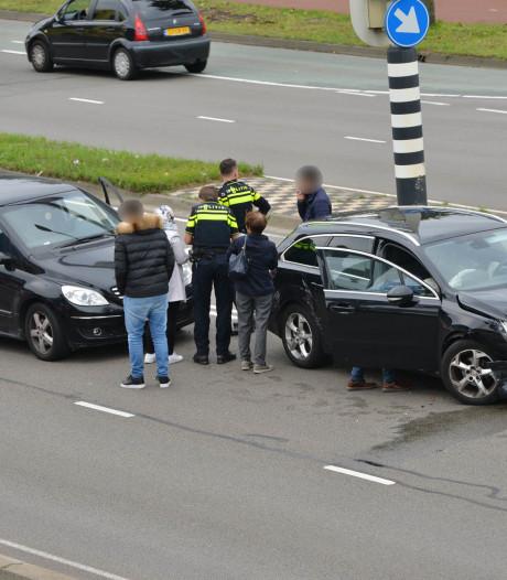 Twee auto's botsen op elkaar op kruising Ettensebaan in Breda