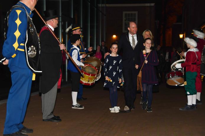 Een erehaag voor vertrekkende burgemeester Ryan Palmen bij zijn afscheidsfeest.