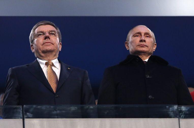 President Vladimir Poetin met de Duitse Thomas Bach, voorzitter van het Internationaal Olympisch Comité (IOC). Beeld epa