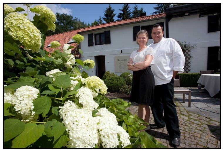 Bert Meewis en zijn vrouw Karlijn Libbrecht aan hun restaurant Slagmolen in Oudsbergen.