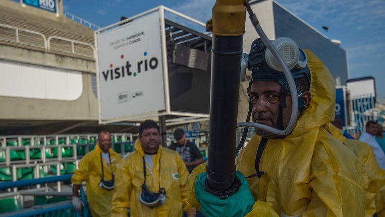 Ongediertebestrijders gaan op het Olympisch terrein in Rio de Janeiro de strijd aan met de Zika-mug Beeld anp