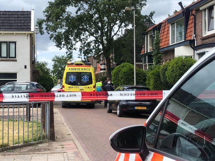 De politie heeft een deel van de Vonderstraat in Deventer afgezet vanwege de 'steekpartij'.