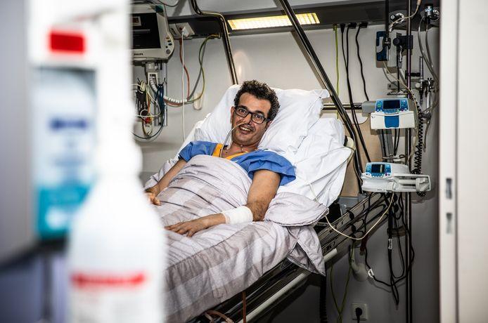 Corona patiënt Ali-Ario Vahabi is genezen van het coronavirus in het Albert Schweitser Ziekenhuis in Dordrecht.