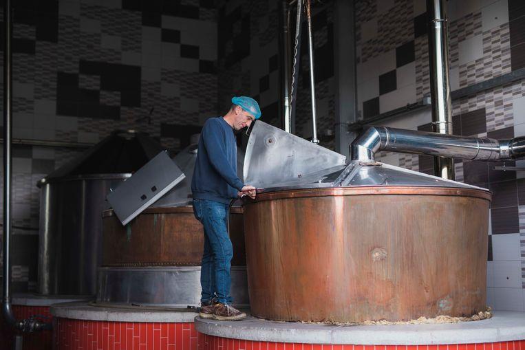 De stroop wordt in grote ketels gemaakt.