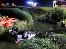 Auto te water in sloot te Stellendam: 1 persoon gereanimeerd
