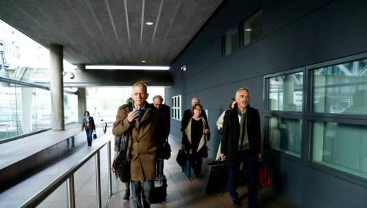 De advocaten van de patiënten komen aan bij de rechtbank