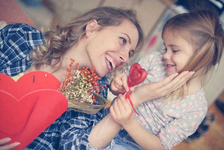 Archiefbeeld: Een moeder die cadeautjes van haar dochter krijgt voor moederdag