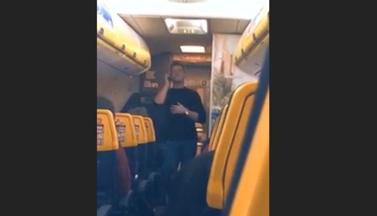 Met toestemming van een stewardess bracht hij John Legend's 'All of Me' in de intercom van het vliegtuig.