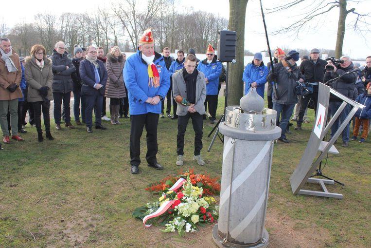 Het stadsbestuur, het Feestcomité en prins Alex legden bloemen neer bij het beeld ter nagedachtenis van de overleden carnavalisten.