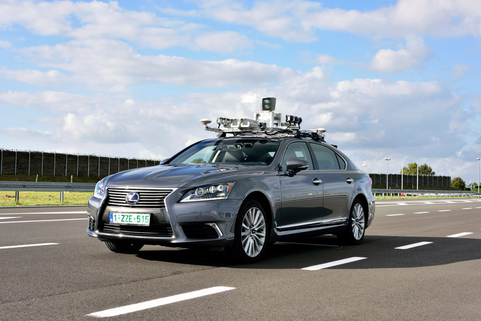 Toyota (moederbedrijf van Lexus) test zelfrijdende auto's op de weg én in computersimulaties.