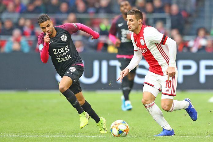 Adam Maher (l) in de achtervolging bij Dusan Tadic. In de Arena had FC Utrecht eerder dit seizoen niets in te brengen tegen Ajax.