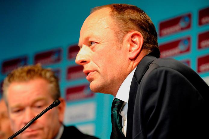 Gerard Kemkers op een persconferentie van FC Groningen. Op de achtergrond Hans Nijland.