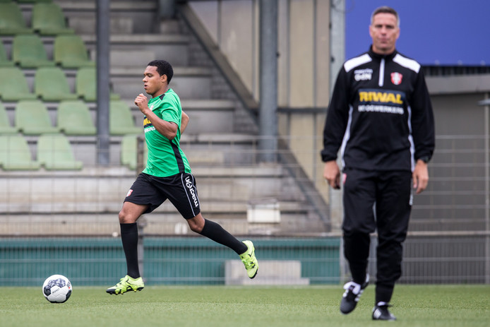 Bradley de Nooijer (links), hier op archieffoto, meldde zich donderdagochtend bij FC Dordrecht en stond weer op het veld met zijn vader en trainer Gérard (rechts).