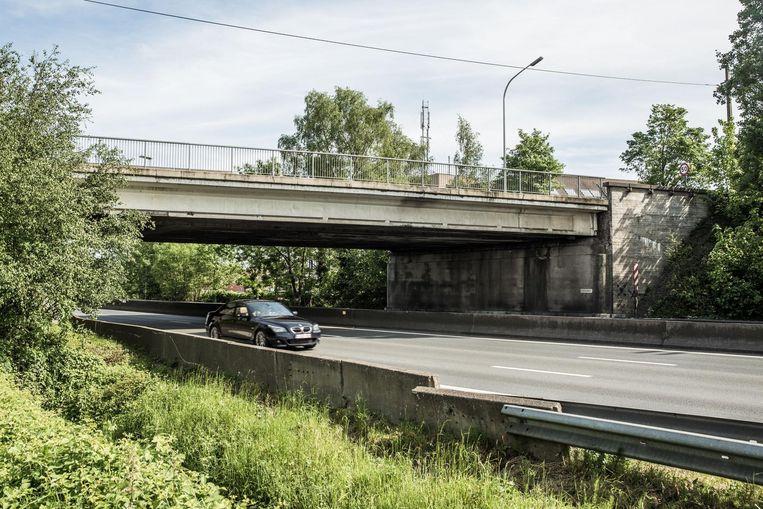De brug over de E40 in Baarle wacht al 20 jaar op renovatie.