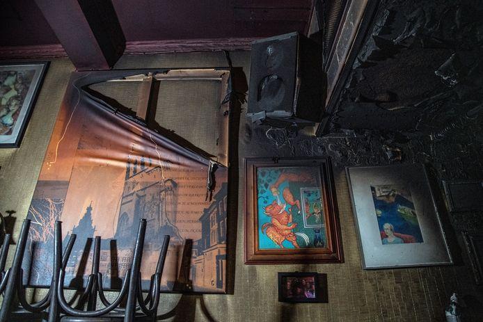 Het interieur van het café is beschadigd geraakt.