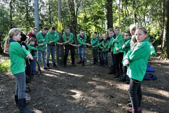 Een groep scouting welpen die hun zaterdagochtend activiteit gezamenlijk afsluiten. Verhaal van Hans Keesmaat Scouting Dalfsen opheffen leden stop