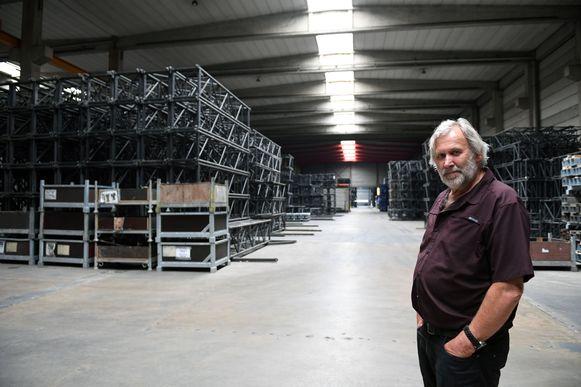 Hedwig De Meyer in het magazijn in Tildonk waar al het staal en de podiumelementen stof staan te vergaren.
