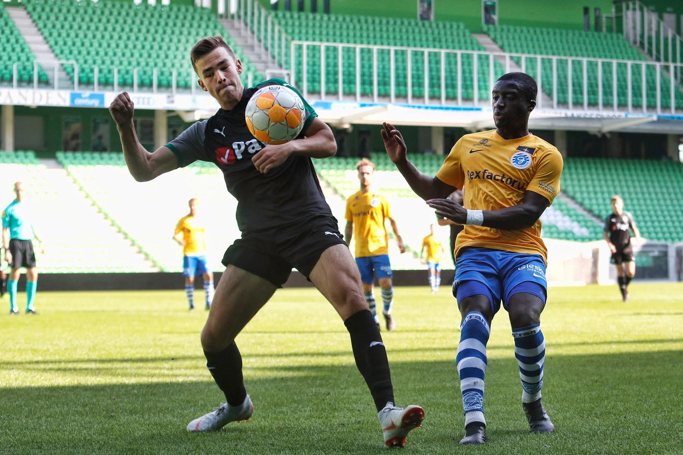 De Graafschap-verdediger Leeroy Owusu (rechts) in actie tijdens een oefenduel met FC Groningen.
