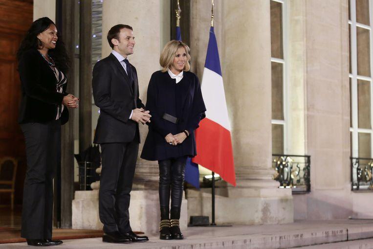 Emmanuel en Brigitte Macron. Bij officiële gelegenheden staat ze naast in plaats van achter hem.