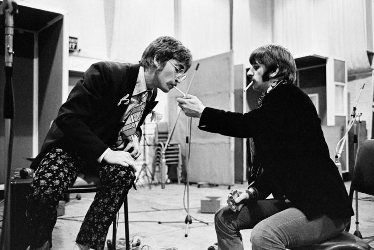 John Lennon en Ringo Starr tijdens de opnamen van het album Sgt. Pepper's Lonely Hearts Club Band in de Abbey Road Studio's in Londen, 1967. Beeld HH