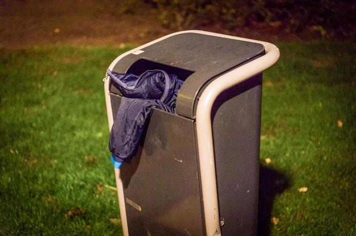 De overvaller propte tijdens zijn vlucht zijn jas in een prullenbak.