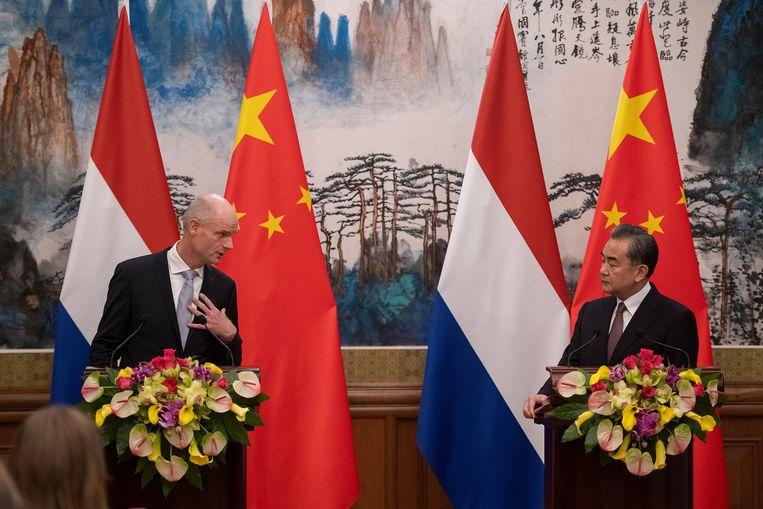Minister van Buitenlandse Zaken Stef Blok en zijn Chinese ambtsgenoot Wang Yi tijdens een persconferentie in Beijing, 19 juni 2019. Beeld EPA