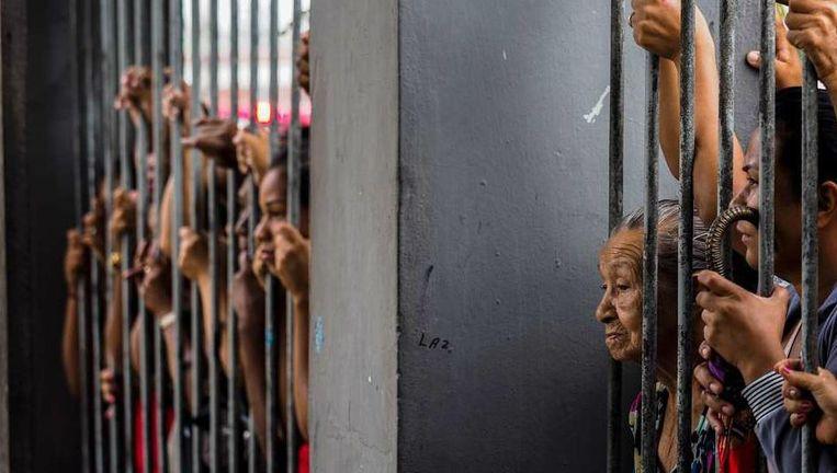 Familie wacht op informatie over gevangenen.