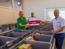 Voedselbank Veldhoven dankzij kaartenactie verblijd met cheque van 1500 euro