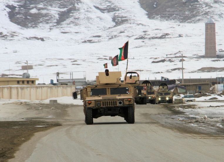 Soldaten van het Afghaanse leger op weg naar de crashsite.