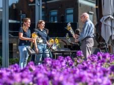 Studenten brengen het zonnetje in huis: 'Wat een prachtige bloem, zonde dat-ie weer kapot gaat'