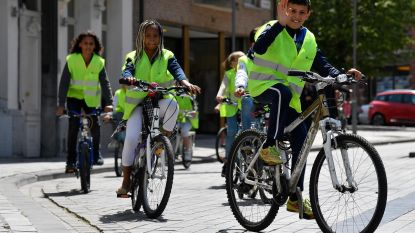 Kinderen op de fiets voor schoolroutekaart